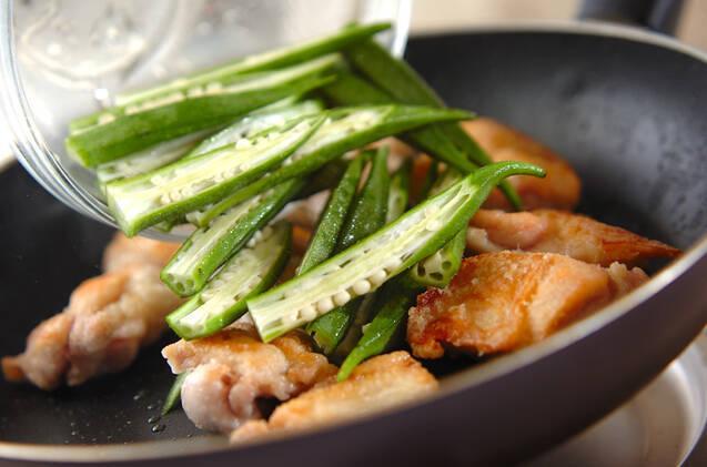 鶏肉とオクラ炒めの作り方の手順2