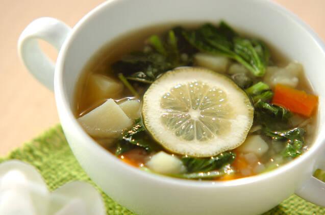 白い器に入ったモロヘイヤスープ