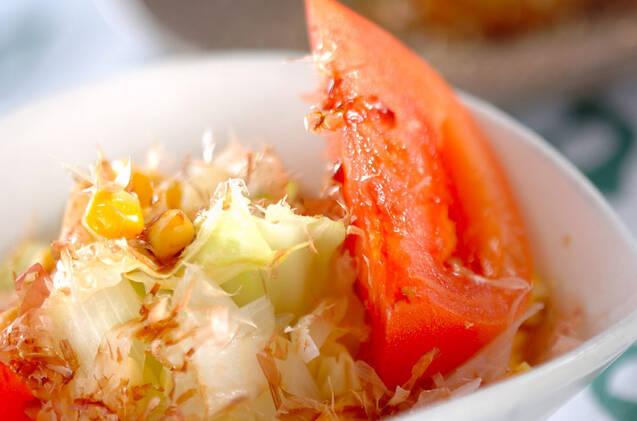 トマトやコーンが一緒に盛り付けられたゆでキャベツのサラダ