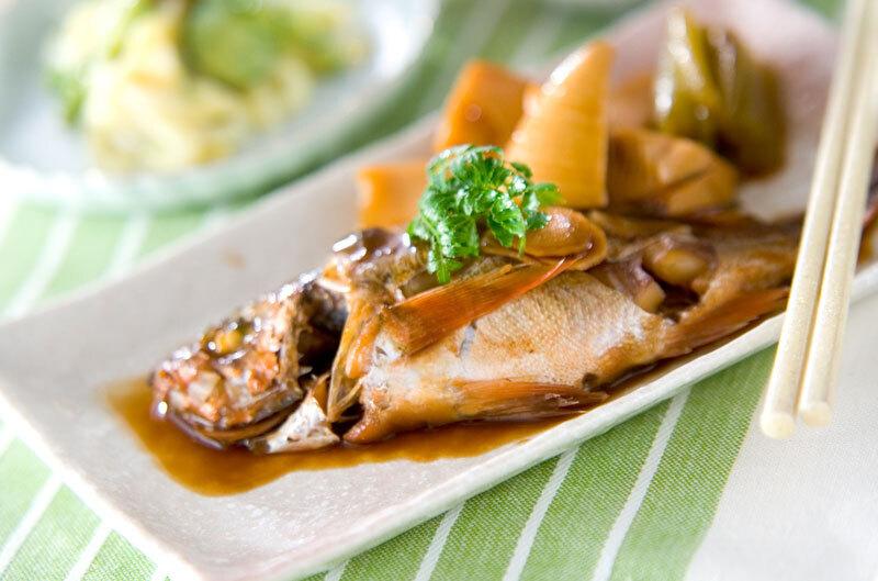 タケノコ、ふき、木の芽を添えた魚の煮付