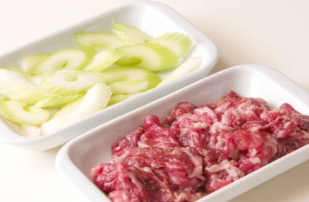 牛肉とセロリの中華炒めの作り方の手順1