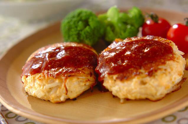 モヤシ、ニンジン、たけのこ、鳥ミンチを混ぜたハンバーグ。ケチャップやトンカツソースを混ぜて作ったソースをかけていただく。