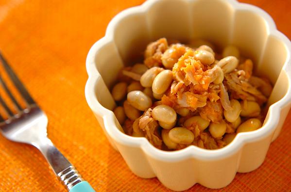 花型の容器に入った大豆のキャロットサラダ