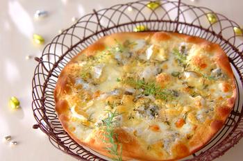 チーズとハーブのピザ