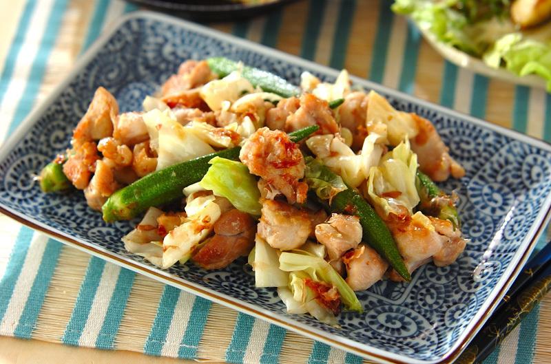 青いお皿に盛られた鶏もも肉とキャベツのおかか炒め