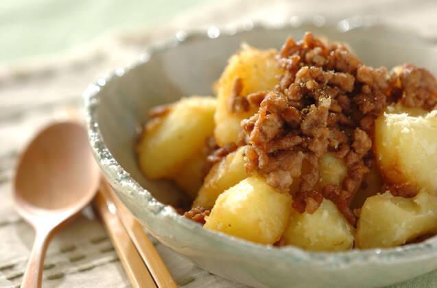 木製のスプーン&お箸を添えた粉ふきイモの肉そぼろ和え