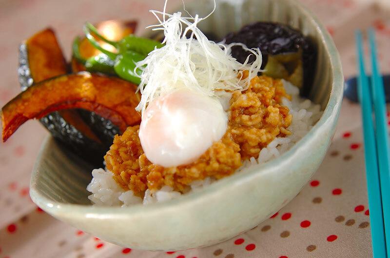 揚げ野菜と温泉卵がトッピングされた肉味噌丼