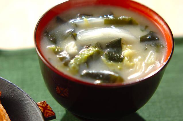 黒と赤のお茶碗に盛られた白菜とわかめの味噌汁