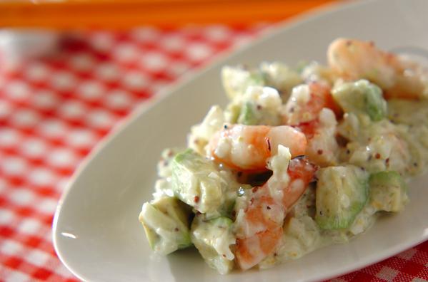 白い皿に盛られたアボカドとエビのサラダ