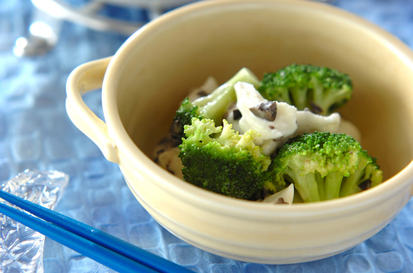 白い食器に盛られた、ブロッコリーとチーズとオリーブのサラダ