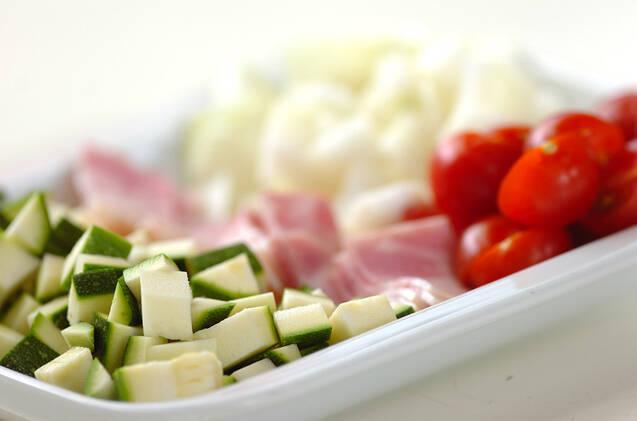 あっさり!ズッキーニとプチトマトのコンソメスープの作り方の手順1
