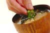 エノキとワカメのみそ汁の作り方の手順4