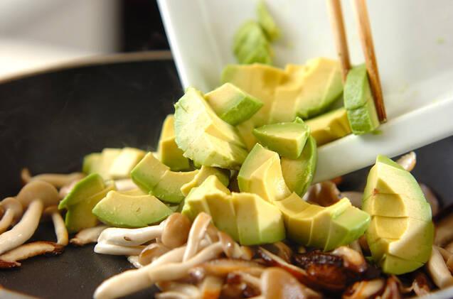 キノコとアボカドのナンプラー炒めの作り方の手順2