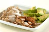 キノコとアボカドのナンプラー炒めの作り方1