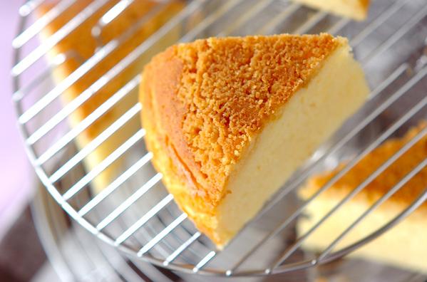 銀の網にのった炊飯器のチーズケーキ