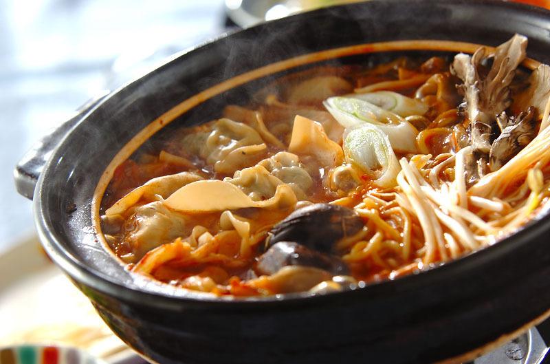 土鍋に盛られた餃子入りキムチ鍋