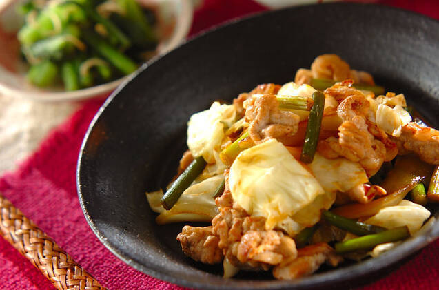 ざく切りにしたキャベツ、豚肉、にんにくの芽などを豆板醤や醤油で炒めたピリ辛な炒め物。