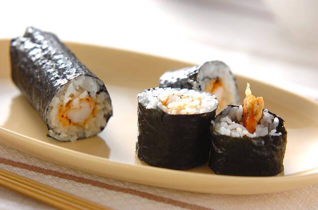 海老の天ぷらが入れられたのり巻き