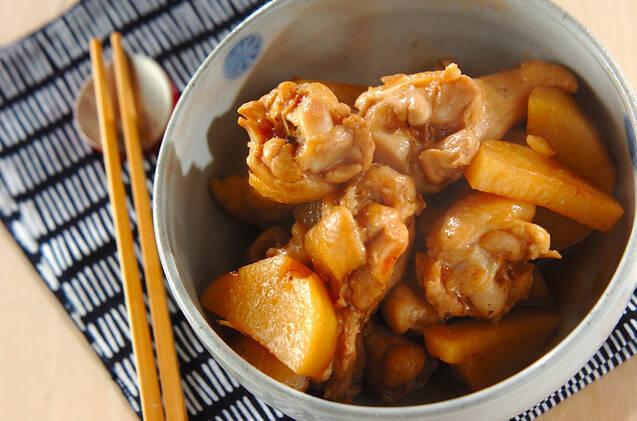 陶器に盛りつけた長芋の煮物
