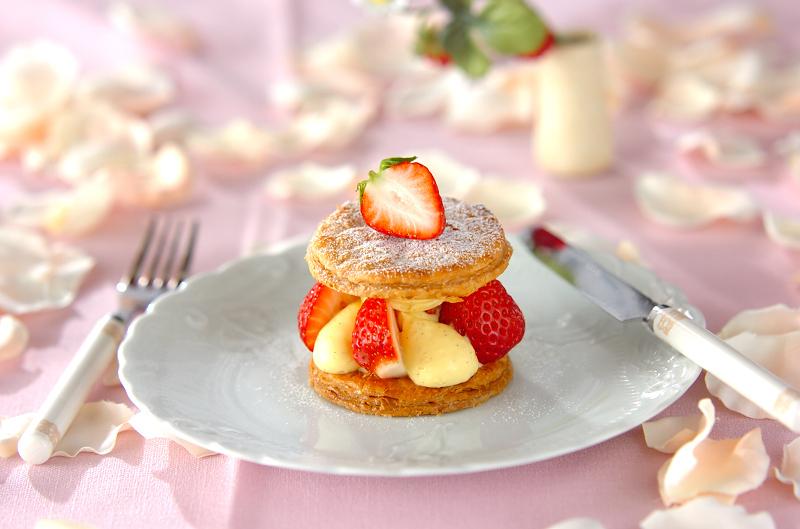 白いお皿に入ったいちごのミルフィーユ