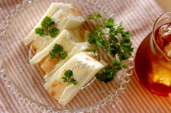 桃と水切りヨーグルトのサンドイッチ