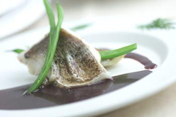 蒸し白身魚の赤ワインソース