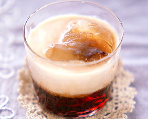 透明のグラスに入れたチョコレート入りコーヒーカクテル