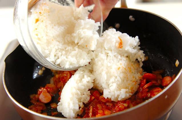 簡単おいしい!玉ネギのソーセージのケチャップライスの作り方の手順4