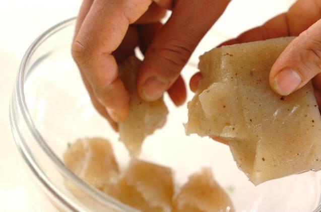ちぎりコンニャクの炒め物の作り方の手順1