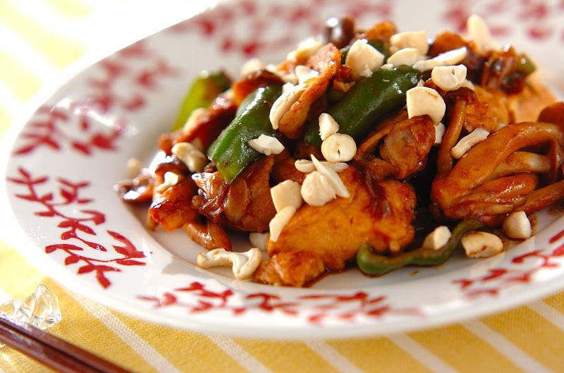 カシューナッツがトッピングされた豚肉としめじの炒め物