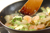 アボカドとエビのアンチョビ炒めの作り方2