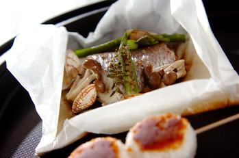 白身魚と野菜の紙包み焼きと焼きおにぎり