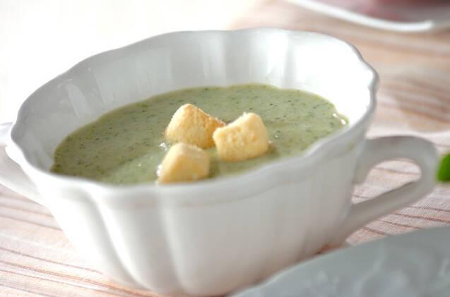 白いお皿に盛られたブロッコリーのポタージュ