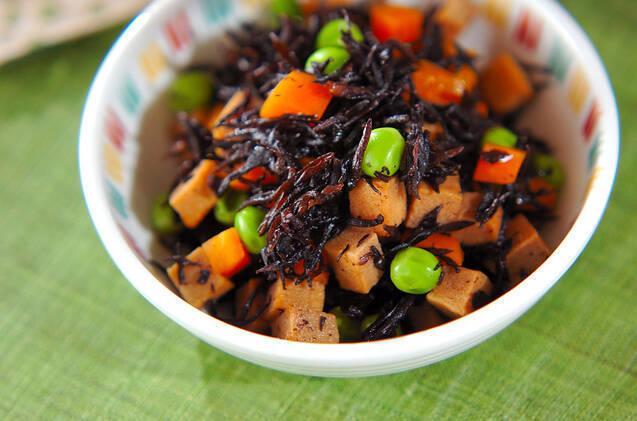 カラフルな食器に盛られた、ひじきと高野豆腐の煮物