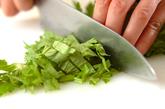 セロリの葉とソーセージ炒めの下準備1