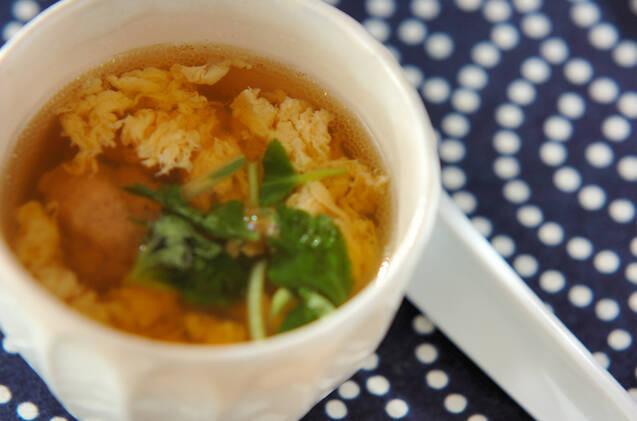 白い器に盛られた、ふんわり卵の鶏団子スープ