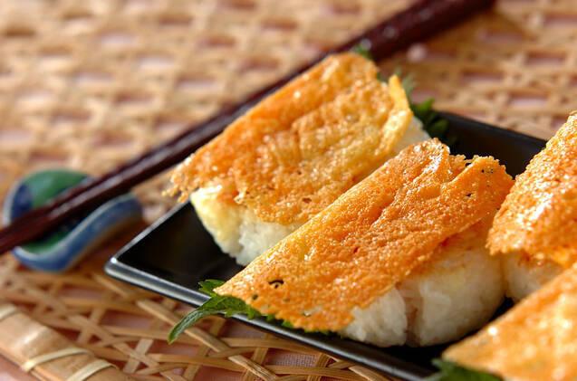 チーズをのせてカリカリに焼いた明太子おにぎり