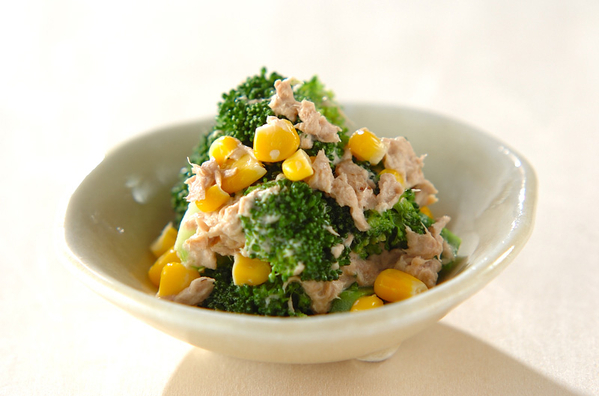 白い食器に盛られた、ブロッコリーとツナコーンのサラダ