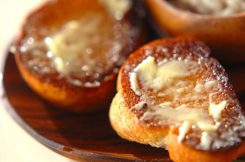木の器に盛られたガーリックフランスパン