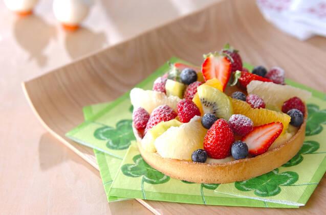 イチゴ、キウイ、オレンジ、グレープフルーツなどいろんなフルーツをのせたタルトケーキ