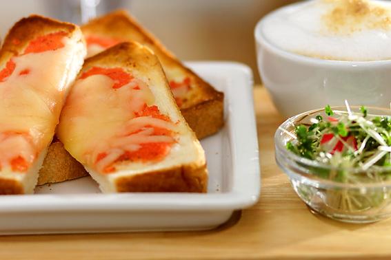 白の皿に盛られたチーズと明太子のトースト