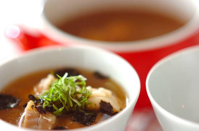 白いライスボウルに入った鮭とタラの雑炊