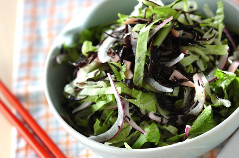 白い器に盛られたひじきとレタスと玉ねぎのさっぱりサラダ