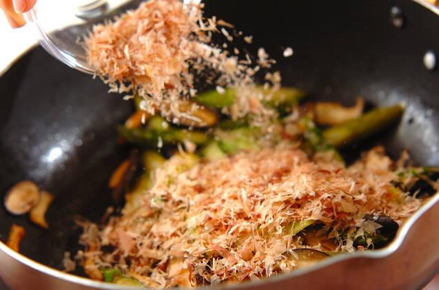 アスパラとシイタケのおかか炒めの作り方の手順3