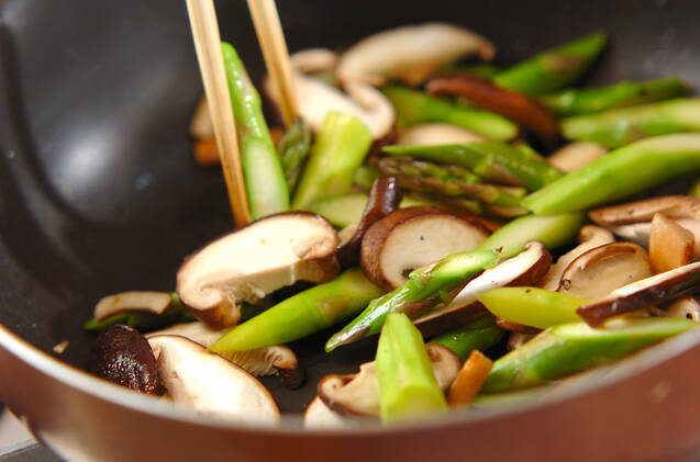 アスパラとシイタケのおかか炒めの作り方の手順2
