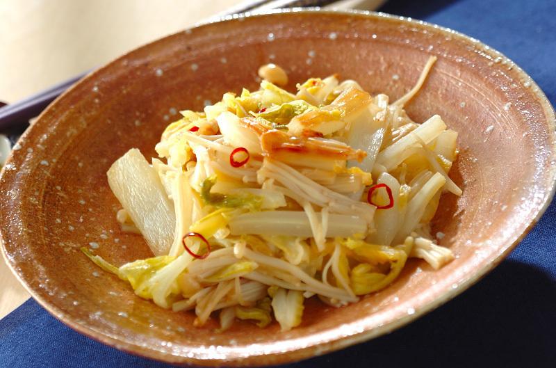 輪切り唐辛子がのった白菜とえのきの和え物