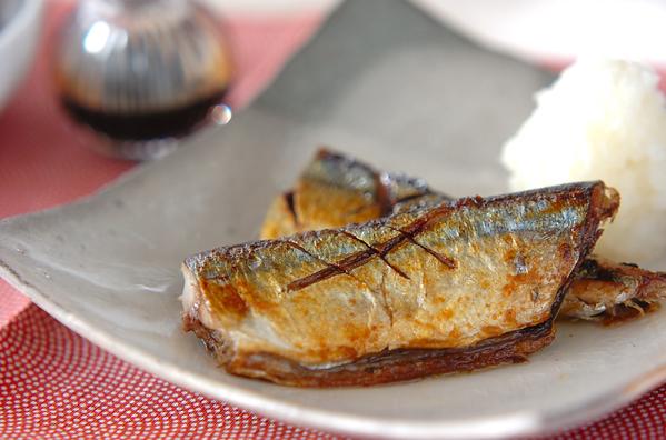 和食器に盛られたさんまのフライパン塩焼