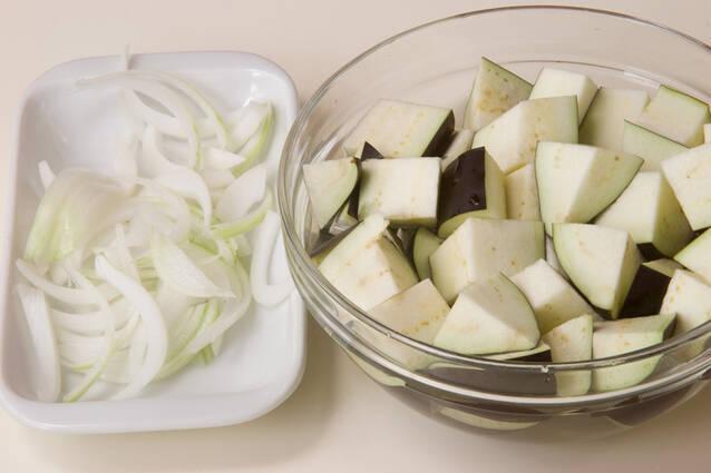 ナスと玉ネギのみそ汁の作り方の手順1