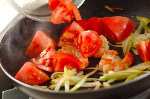 トマトとエビの卵とじの作り方の手順2