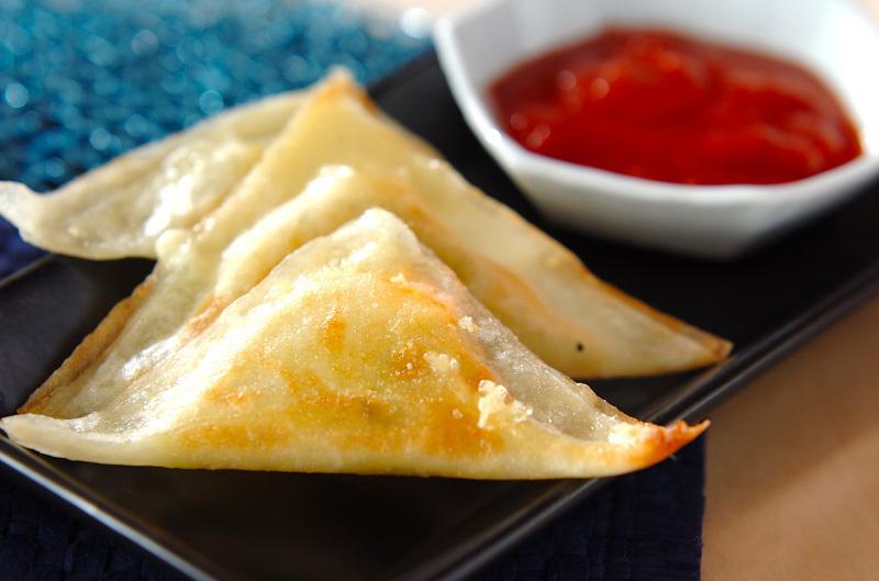 三角に包まれたチーズとバジルの揚げ焼き